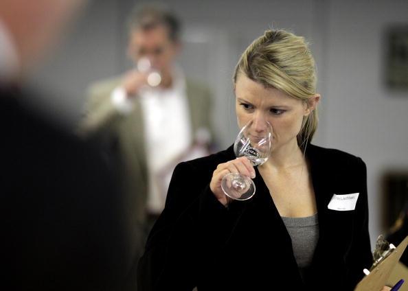 Wineglass「Experts Judge The Annual International Wine Challenge Entries」:写真・画像(5)[壁紙.com]