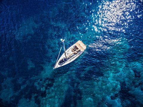 船・ヨット「停泊するヨット、からの眺めドローン」:スマホ壁紙(5)