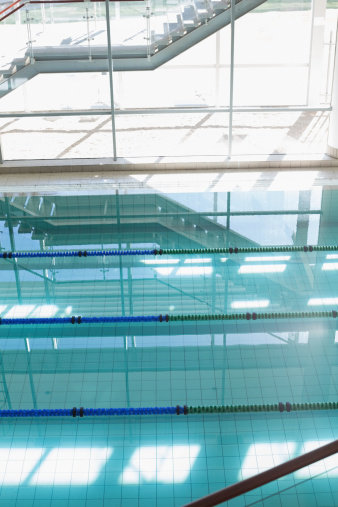 プール「Large swimming pool with sunlight streaming in」:スマホ壁紙(15)