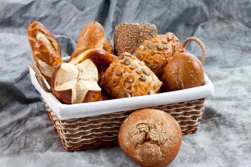 Bun - Bread「Varieties on breads in basket, close up」:スマホ壁紙(10)