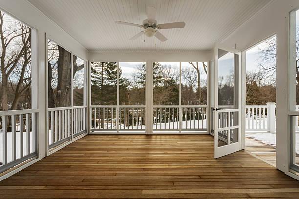 Enclosed deck of home with screen door open:スマホ壁紙(壁紙.com)