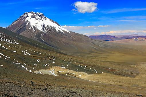 Beauty In Nature「ラスカー火山火口-劇的なアタカマ砂漠のアルティプラーノの風景パノラマ、上雪は牧歌的なアタカマ砂漠、火山、火山風景パノラマ-サン ペドロ デ アタカマ、チリ、Bolívia、アルゼンチン国境」:スマホ壁紙(18)