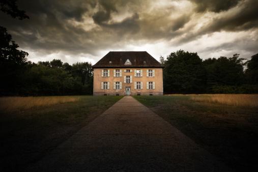 Horror「Abandoned house with dramatic sky」:スマホ壁紙(1)