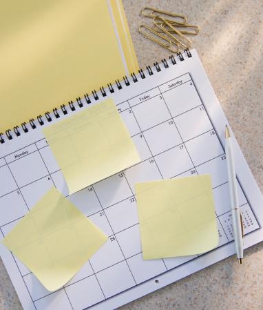 月「Diary with empty adhesive notes, studio shot」:スマホ壁紙(8)