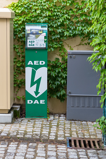 A Helping Hand「AED device on street」:スマホ壁紙(13)