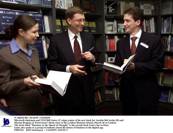 Book Signing「Gates Book:London 36245 Microsoft Chairman And CEO Bill Gates (C Signs Copies Of His New Book」:写真・画像(4)[壁紙.com]