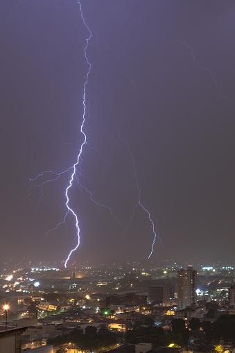 雷「Vertical Lightnings in a stormy night in the city」:スマホ壁紙(16)