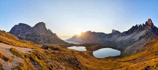Alto Adige - Italy「The famous Bödenseen lakes (Laghi dei Piani) and the mountain Innichriedlknoten near the Tre Cime di Lavaredo (Drei Zinnen) at sunrise. UNESCO World Heritage Site.」:スマホ壁紙(4)