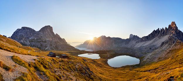 Dramatic Landscape「The famous Bödenseen lakes (Laghi dei Piani) and the mountain Innichriedlknoten near the Tre Cime di Lavaredo (Drei Zinnen) at sunrise. UNESCO World Heritage Site.」:スマホ壁紙(1)
