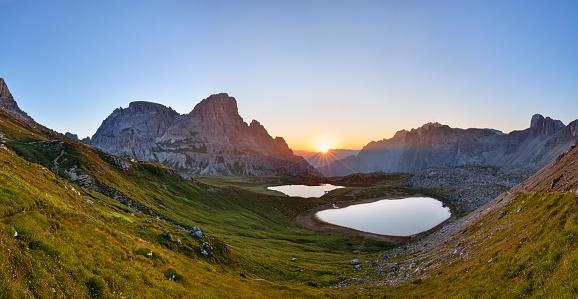 胸を打つ「The famous Bödenseen lakes (Laghi dei Piani) and the mountain Innichriedlknoten near the Tre Cime di Lavaredo (Drei Zinnen) at sunrise. UNESCO World Heritage Site.」:スマホ壁紙(12)