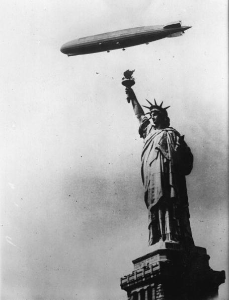 Gazebo「The famous airship 'Graf Zeppelin' flies over the Statue of Liberty. New York City. Photograph. Around 1930.  (Photo by Austrian Archives (S)/Imagno/Getty Images)」:写真・画像(13)[壁紙.com]