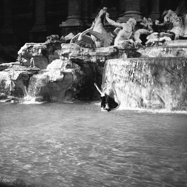 The famous film set of 'La Dolce Vita' at Trevi Fountain while the actress Anita Ekberg take a bath in the 'Trevi fountain', Rome 1959:ニュース(壁紙.com)