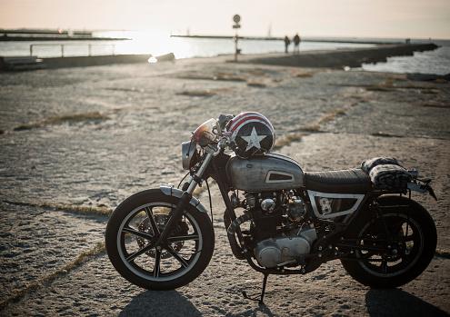 Motorcycle「custom motorcycle near jetty」:スマホ壁紙(12)