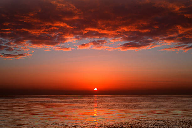 A layer of clouds is lit by the rising sun over Rio de la Plata, Buenos Aires, Argentina.:スマホ壁紙(壁紙.com)