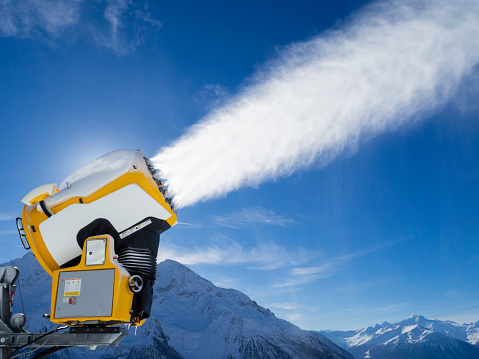Spraying「snow cannon (snow gun) is spraying artificial snow onto ski slope」:スマホ壁紙(6)