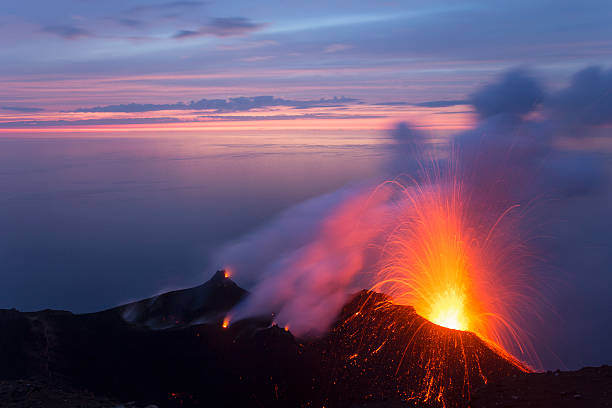 Eruption on Stromboli volcano at dusk:スマホ壁紙(壁紙.com)