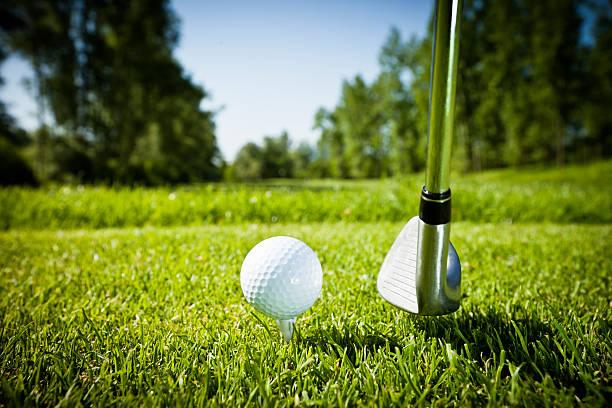 Golf ball on tee, teeing off:スマホ壁紙(壁紙.com)