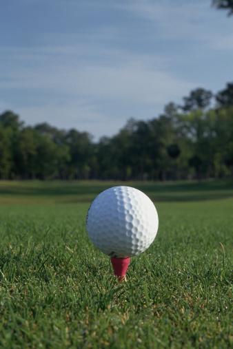 Golf Links「Golf ball on tee with fairway in background」:スマホ壁紙(19)