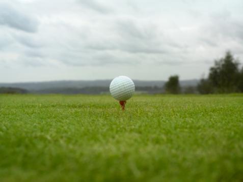 Green - Golf Course「Golf ball on tee, ground view」:スマホ壁紙(11)
