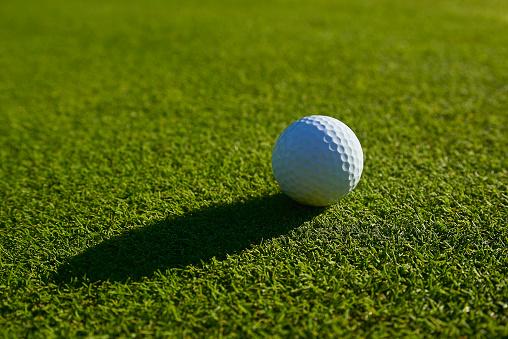 Putting - Golf「Golf ball on green.Close-up.」:スマホ壁紙(18)