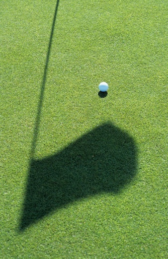 Sports Flag「Golf ball on golf course, close-up」:スマホ壁紙(1)