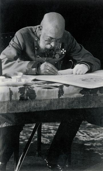 皇帝「Emperor Francis Joseph I. sitting at his desk」:写真・画像(8)[壁紙.com]