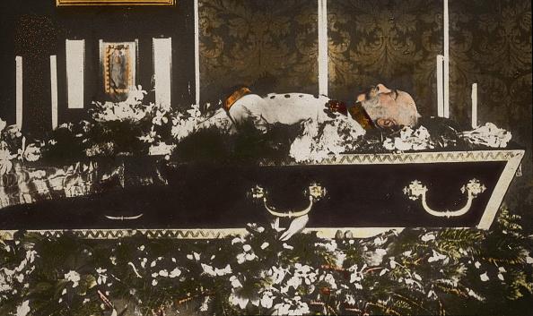 皇帝「Emperor Franz Joseph I. on his deathbed. Handcolored lantern slide. 1916.」:写真・画像(8)[壁紙.com]
