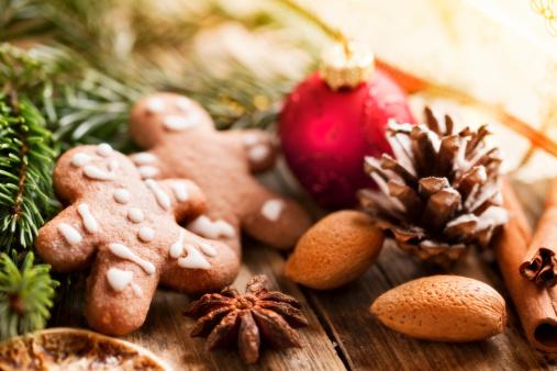 Gingerbread Cookie「gingerbrerad man pine branch christmas decoration」:スマホ壁紙(0)