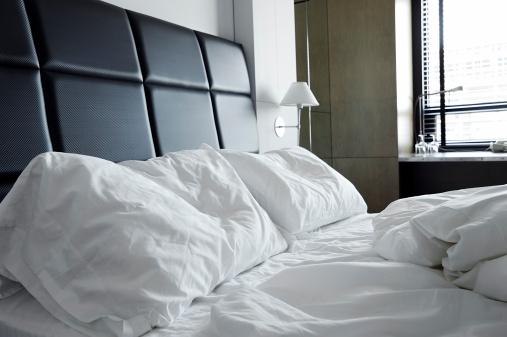 Motel「Unmade messy bed」:スマホ壁紙(4)