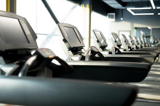 Jogging「Row of treadmills in gym」:スマホ壁紙(18)