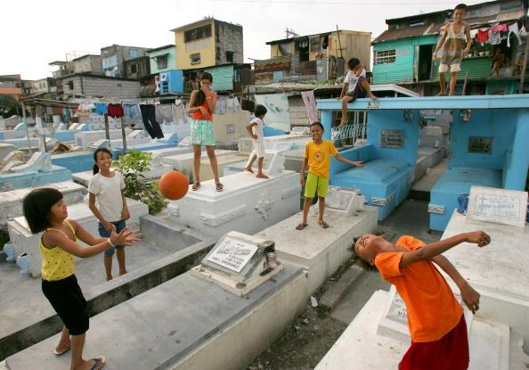 Childhood「Poor Filipinos Live Amongst The Dead in Manila's North Cemetery」:写真・画像(15)[壁紙.com]