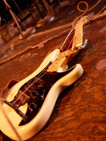 Rock Music「Smashed guitar on stage」:スマホ壁紙(11)
