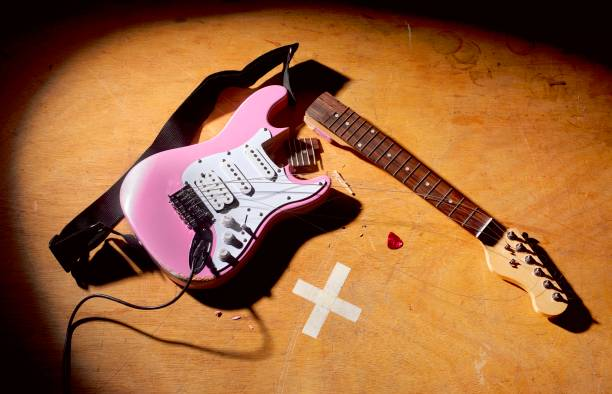 Smashed Guitar at end of rock and roll performance:スマホ壁紙(壁紙.com)