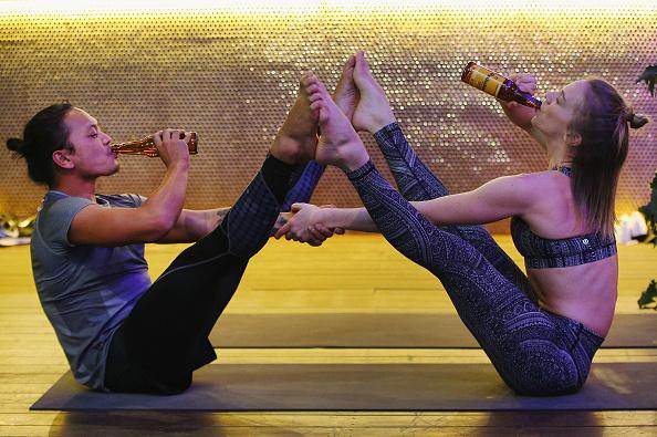 参加者「Melburnians Take Part In Beer Yoga Class」:写真・画像(12)[壁紙.com]