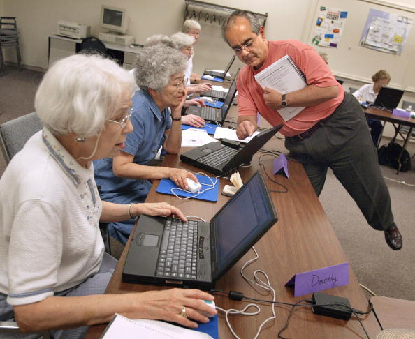 Working「Seniors Citizens Learn Computer Skills」:写真・画像(18)[壁紙.com]