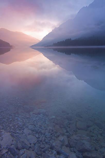 morning mist at lake plansee, tirol, austria, vertical:スマホ壁紙(壁紙.com)