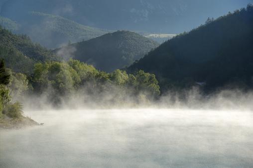 Alpes-de-Haute-Provence「Morning Mist Rises on Castillon Lake Provence」:スマホ壁紙(11)