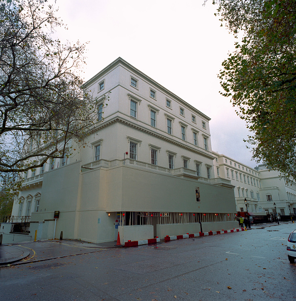 Order「Refurbishment of a large private property in South Kensington, London, surrounded by large hoarding for public access」:写真・画像(18)[壁紙.com]