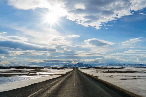 Empty Road「Horizon road in snowy landscape nr Lake Myvatn, Iceland」:スマホ壁紙(12)