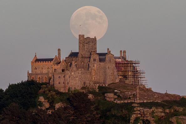 Strawberry moon「Strawberry Moon Rises Over St Michael's Mount」:写真・画像(10)[壁紙.com]