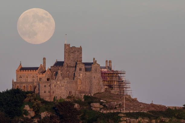 Strawberry Moon Rises Over St Michael's Mount:ニュース(壁紙.com)