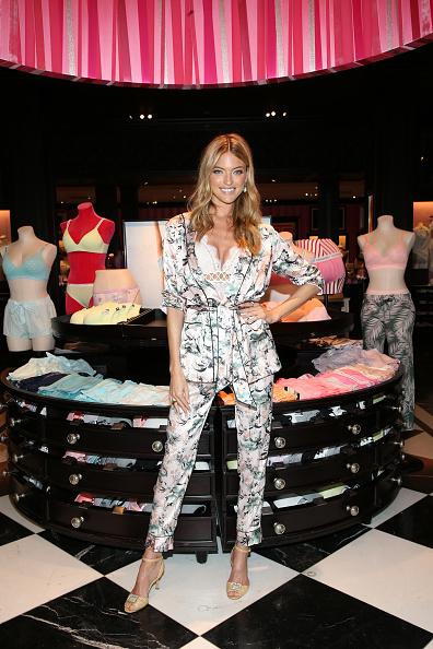 背景に人「Victoria's Secret Angel Martha Hunt Kicks off Summer with the New T-Shirt Bra Cotton Collection」:写真・画像(10)[壁紙.com]