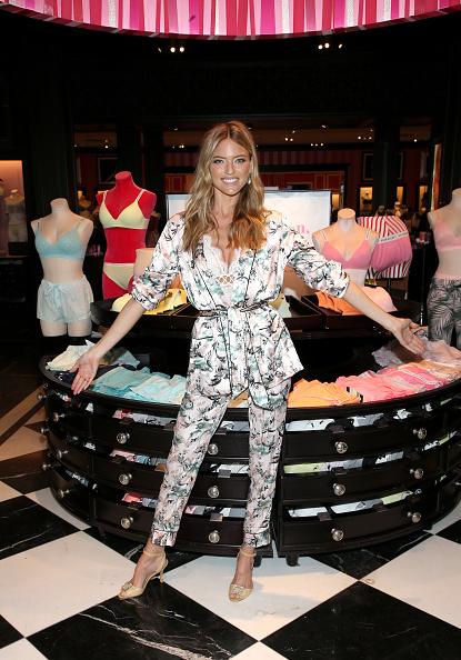背景に人「Victoria's Secret Angel Martha Hunt Kicks off Summer with the New T-Shirt Bra Cotton Collection」:写真・画像(11)[壁紙.com]