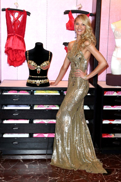 Royal Fantasy Bra「Victoria's Secret Reveals The Royal Fantasy Bra」:写真・画像(7)[壁紙.com]