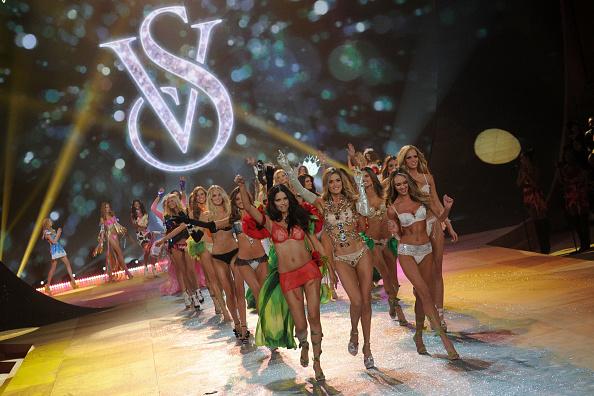 Erin Heatherton「Victoria's Secret 2012 Fashion Show Runway - Show」:写真・画像(18)[壁紙.com]