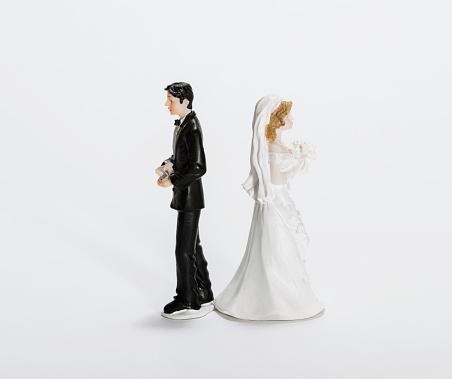 キッチュ「Groom and Bride cake toppers back to back」:スマホ壁紙(15)