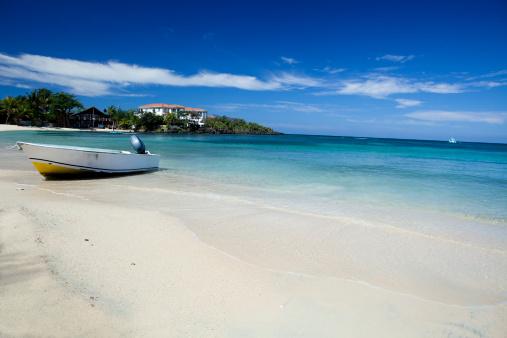 Roatan「Small skiff beached on caribbean beach」:スマホ壁紙(19)