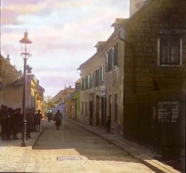 Middle Class「The Probusgasse (street) in Heiligenstadt. Vienna, 19th district. Hand-colored lantern slide. Around 1910.」:写真・画像(7)[壁紙.com]