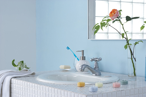 アーカイブ画像「Sink in bathroom with rose in vase and bars of soap」:スマホ壁紙(9)