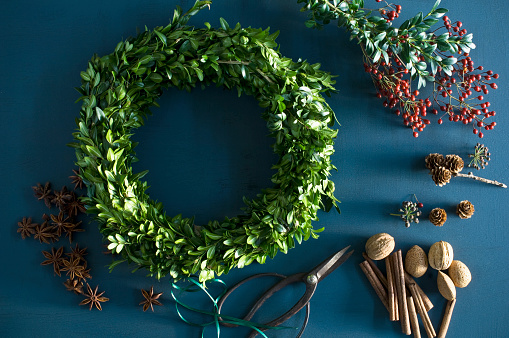 Star Anise「Selfmade Advent wreath, box twigs, rosehip, star anise, cinnamon sticks, walnuts and almonds」:スマホ壁紙(13)